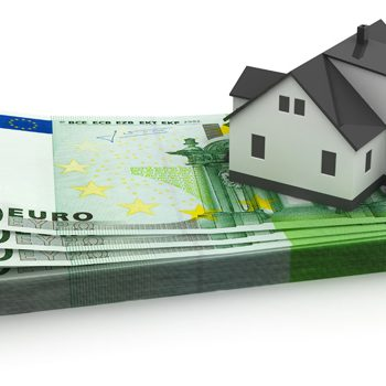 Casa sobre billetes que esquematiza el registro de la propiedad